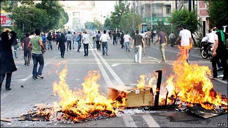 پلیس راه های منتهی به میدان انقلاب، خیابان آزادی و میدان آزادی را بسته بود